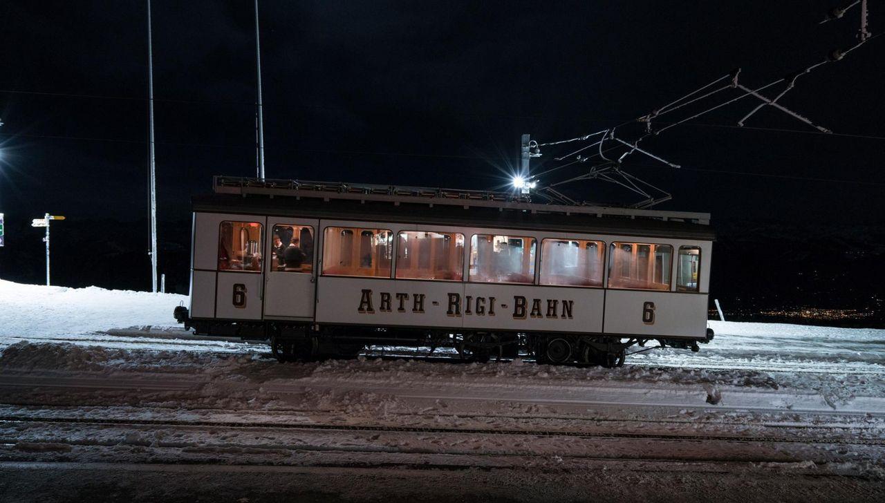 Ein Nostalgiewagen der Rigibahn in einer Winternacht.