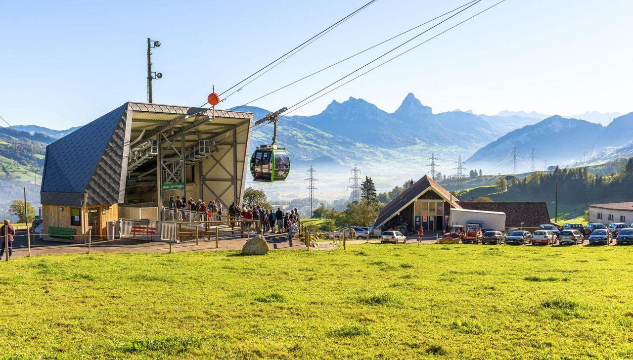 Die grüne Gondel fährt in der Talstation im Kräbel los.