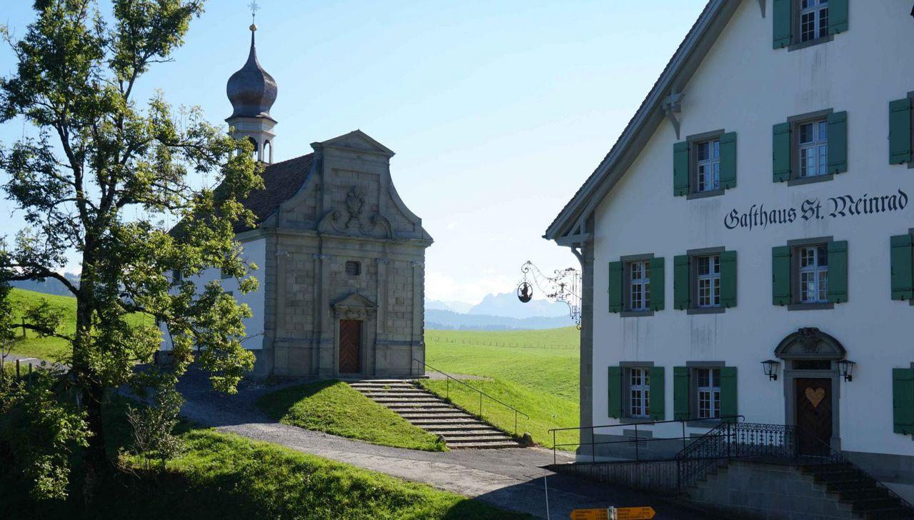 Kapelle und Gasthaus auf dem St. Meinrad