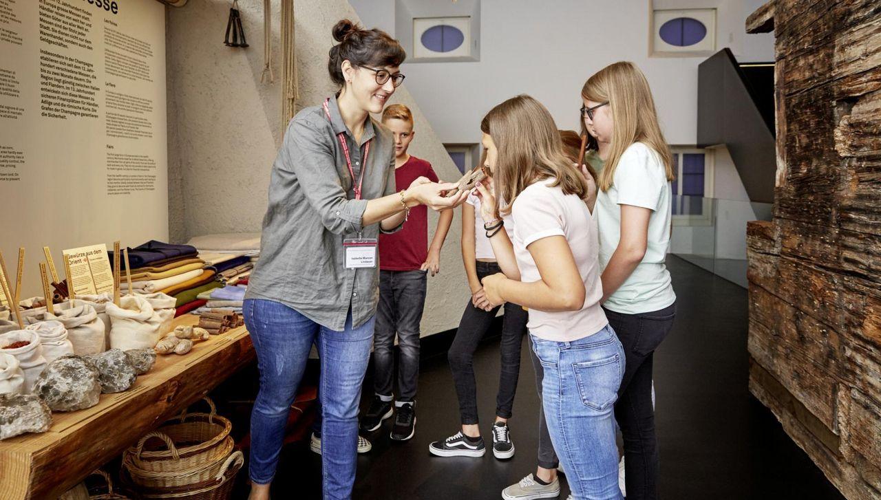 Schülergruppe am Marktstand im Forum Schweizer Geschichte