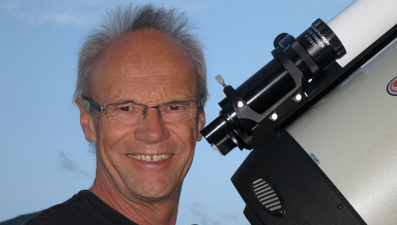 Porträt von Kaspar Flükiger mit Teleskop