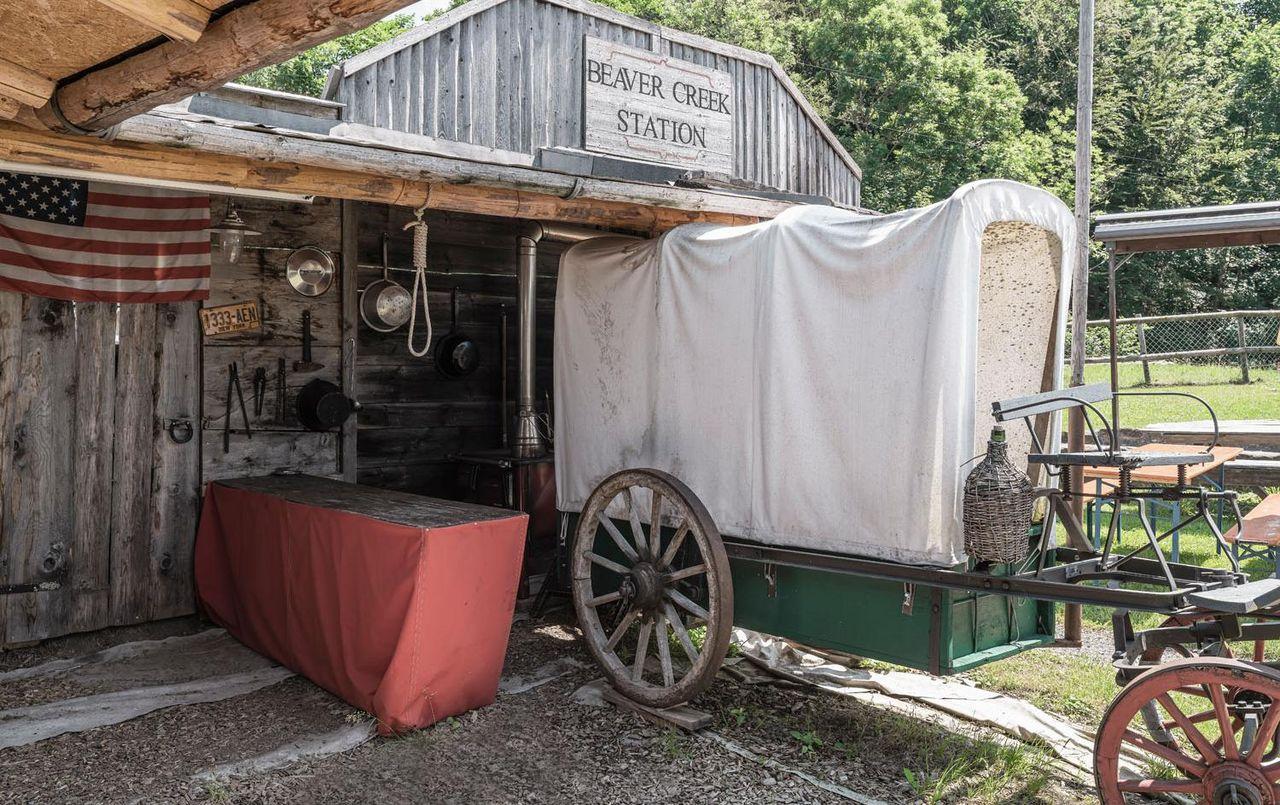 Die Poststation der Ranch mit Kutsche.
