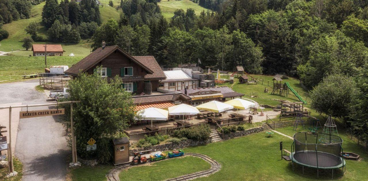 Vogelpserspektive der Beaver Creek Ranch mit Gartenwirschaft und Spielplatz