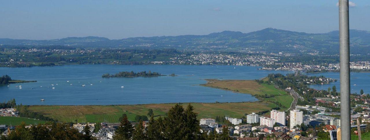 Blick von der Luegeten auf den Zürichsee. Im Vordergrund Pfäffikon.