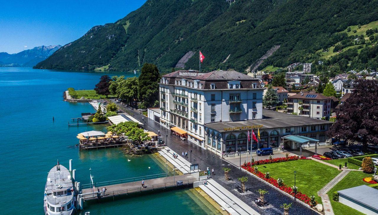 Aktuelle Flugaufnahme des Hotels mit Vierwaldstättersee und Dampfschiff