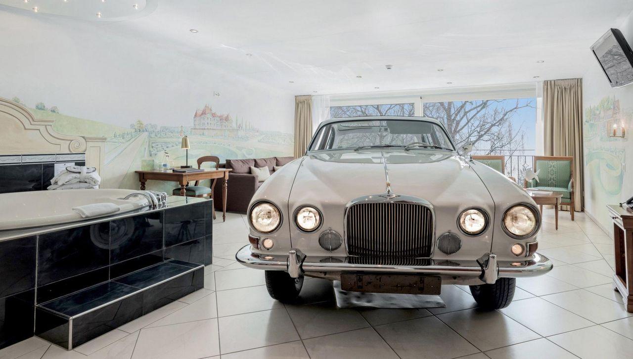 links die Badewanne, rechts der weisse Rolls Royce, in dem das Bett untergebracht ist.