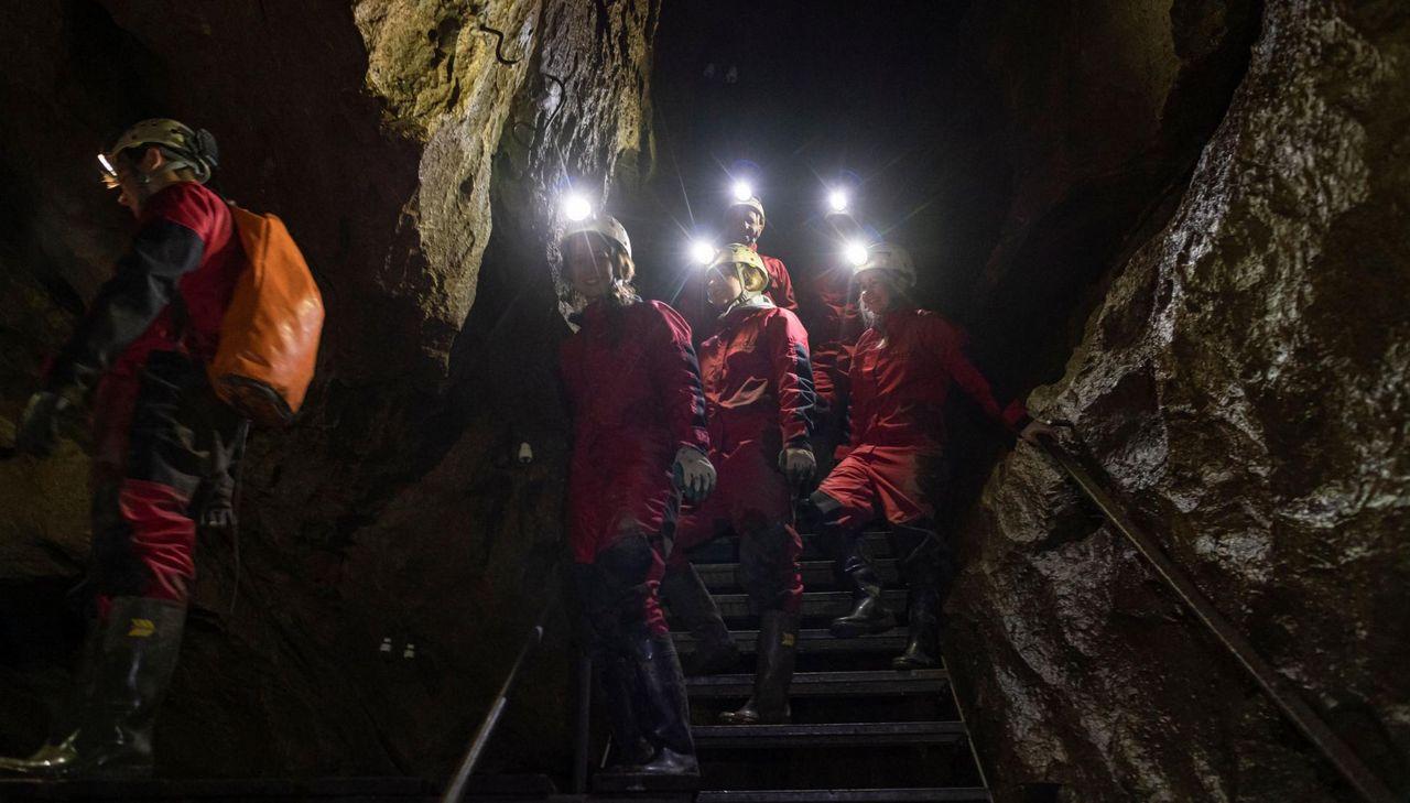Personengruppe mit Licht am Helm auf einer Treppe