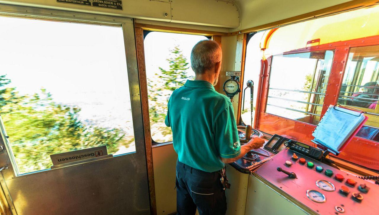 Der Bahnführer bedient die Lok.