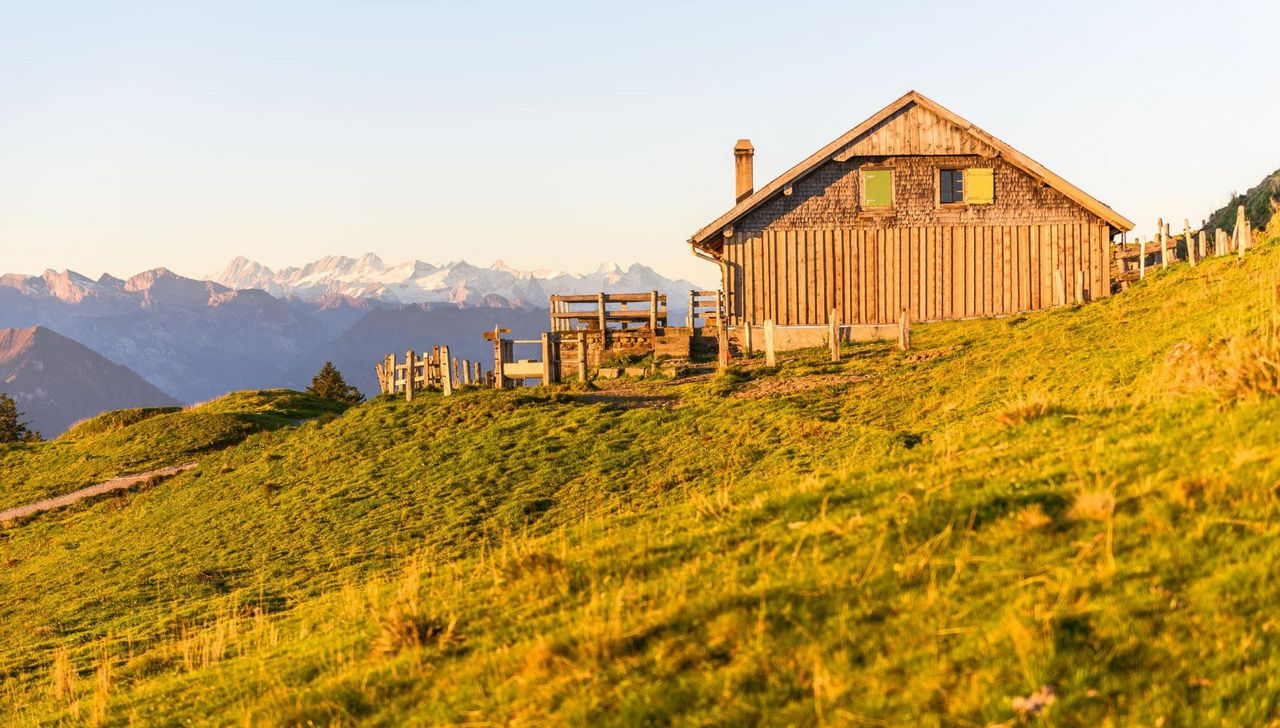 Kulmhütte, im Hintergrund Schneeberge